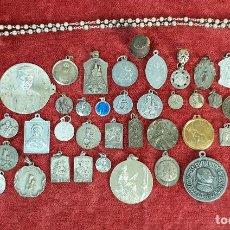 Antigüedades: COLECCIÓN DE 37 MEDALLAS RELIGIOSAS. METAL PLATEADO. SIGLO XX. . Lote 195447847
