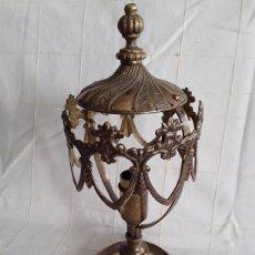 Antigüedades: ANTIGUA LAMPARITA DE MESILLA BRONCE Y LATON. Lote 195457612