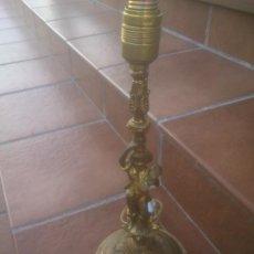 Antigüedades: ANTIGUO PIE DE LAMPARA DE SOBREMESA BASE MARMOL BRONCE O LATON MODERNISTA ESCULTURA COSECHA. Lote 195458840