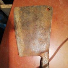 Antigüedades: HACHA DE COCINA COMPLETAMENTE DE HIERRO FORJADO. Lote 195459683