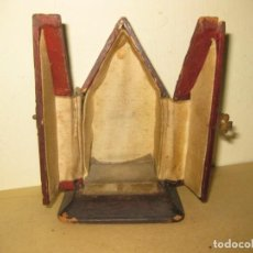 Antigüedades: ANTIGUA PEQUEÑA CAPILLA PARA VIRGEN DE VIAJE 12 / 7 CM EN MADERA . Lote 195475300