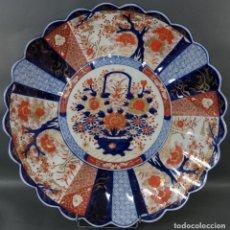 Antigüedades: PLATO EN PORCELANA IMARI CON CESTO DE FLORES EN EL ASIENTO Y ALERO ACANALADO JAPÓN HACIA 1900. Lote 195475648