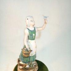 Antigüedades: FIGURA DE NIÑA CON PÁJARO Y CESTA EN PORCELANA ESMALTADA. GLE. . Lote 195480682