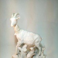 Antigüedades: BONITA FIGURA DE CERÁMICA BLANCA. CABRA CON CABRITILLO. BIDASOA. . Lote 195480821