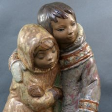 Antigüedades: ESCULTURA NIÑOS DEL ÁRTICO EN PORCELANA GRES LLADRÓ DISEÑO DE JUAN HUERTA AÑOS 90. Lote 195486931