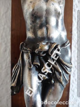 Antigüedades: GRAN CRISTO CRUCIFICADO EN METAL PLATEADO I CRUZ DE MADERA MACIZA - VER FOTOS - - Foto 5 - 195497531