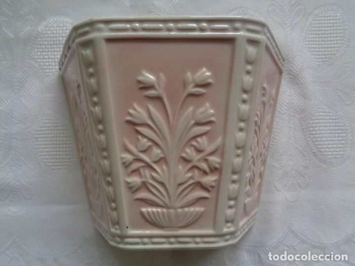 MACETA DE COLGAR EN CERÁMICA MADE IN PORTUGAL. DECORACIÓN EN RELIEVE. (Antigüedades - Porcelanas y Cerámicas - Otras)