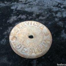 Antigüedades: ANTIGUA TAPA DE SERVICIOS DE AGUAS DE HIERRO FUNDIDO. Lote 195516413