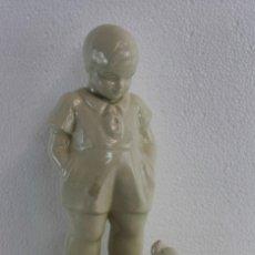 Antigüedades: JOSEP PUJOL I MONTANER. GRUPO ESCULTÓRICO NIÑO CON PERRO EN CERÁMICA VIDRIADA. AÑOS 30. Lote 195563940