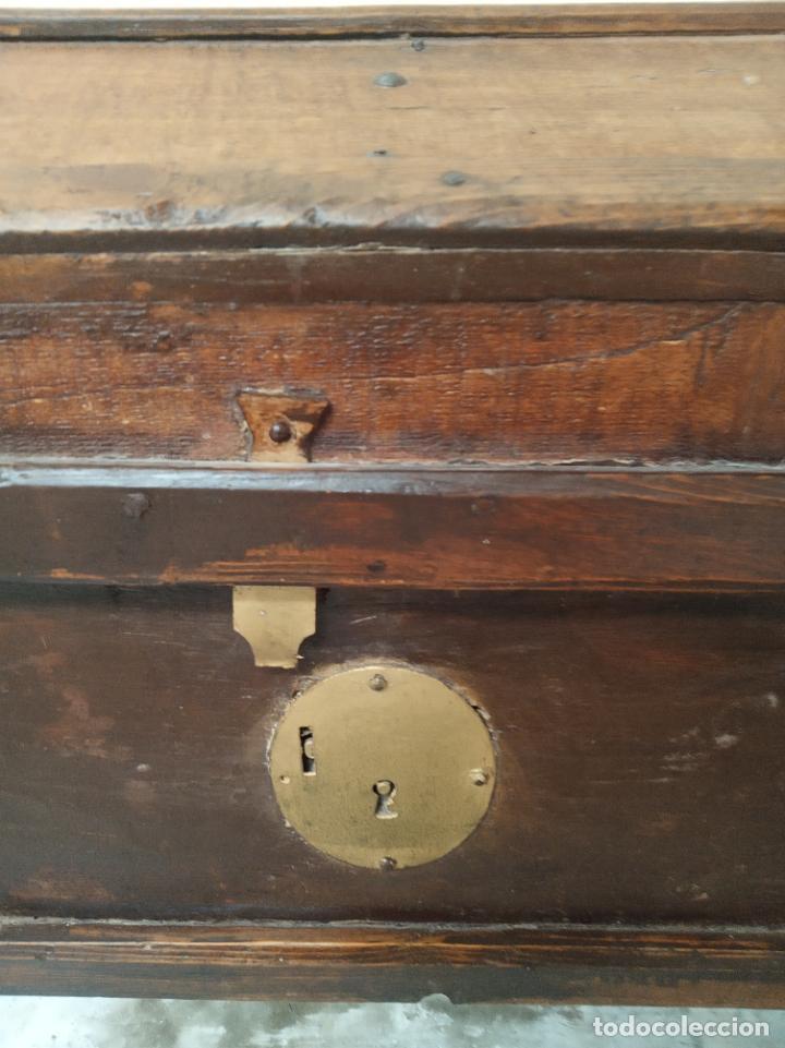 Antigüedades: Bella arca en madera de pino o similar. Siglo XVIII. Herrajes y cerraduras originales. Restaurada. - Foto 2 - 195565740