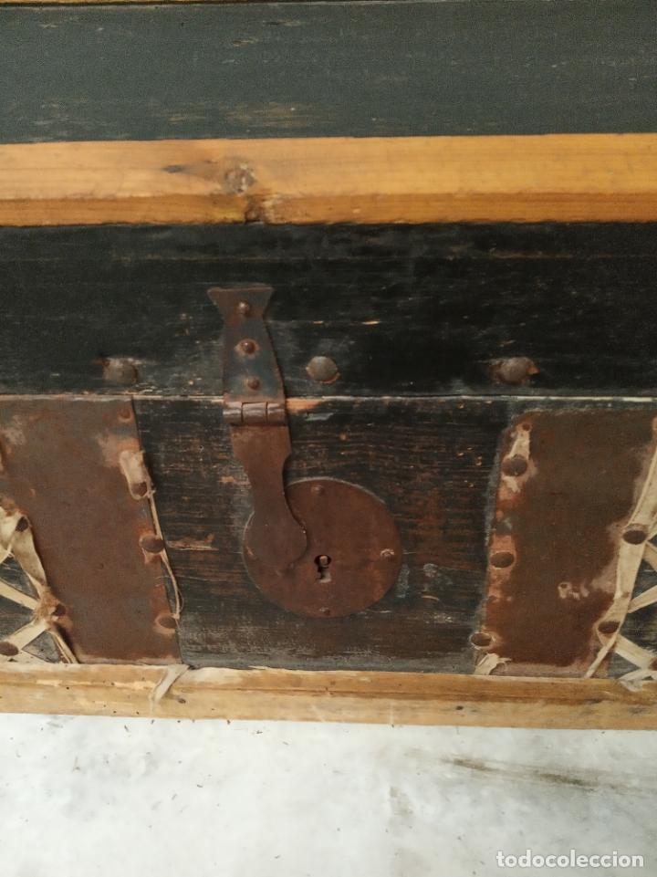 Antigüedades: Arca en madera de pino o similar. Siglo XVIII. Herrajes y cerraduras originales. - Foto 2 - 195565827