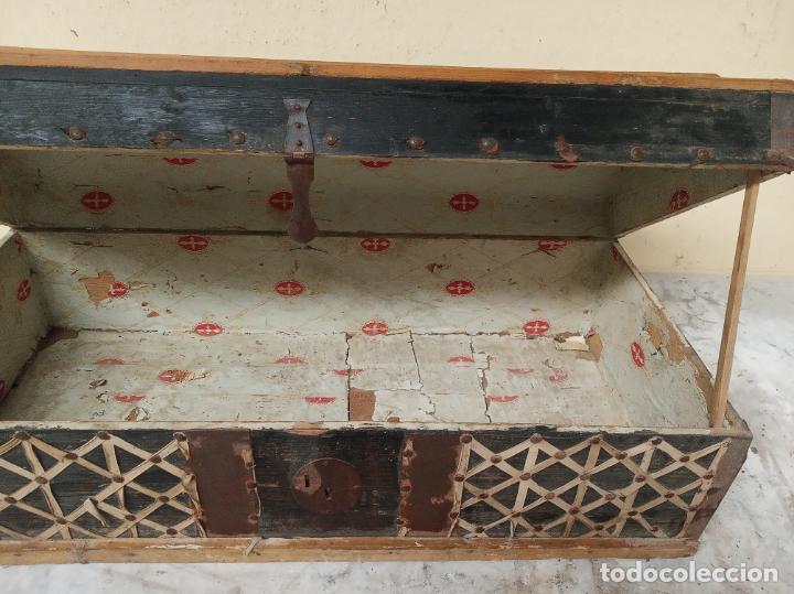 Antigüedades: Arca en madera de pino o similar. Siglo XVIII. Herrajes y cerraduras originales. - Foto 3 - 195565827