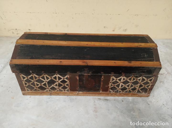 ARCA EN MADERA DE PINO O SIMILAR. SIGLO XVIII. HERRAJES Y CERRADURAS ORIGINALES. (Antigüedades - Muebles Antiguos - Baúles Antiguos)