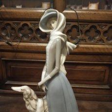 Antigüedades: BELLÍSIMA DAMA CON GALGO EN PORCELANA. LLADRÓ. GRAN TAMAÑO. 40 CM.. Lote 195566523