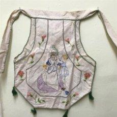 Antigüedades: PRECIOSO DELANTAL INFANTIL BORBADO A MANO ANCIANA TEJIENDO BOLSILLO HILO PPCIOS DE SIGLO PRECIOSO . Lote 195573135
