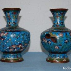 Oggetti Antichi: PAREJA DE JARRONES EN CLOISONNE. Lote 195632568