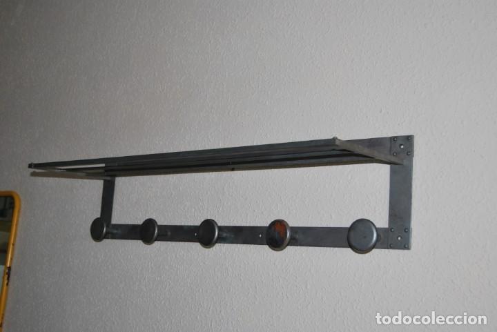 Antigüedades: ANTIGUO PERCHERO DE METAL - CON BALDA Y CINCO COLGADORES - Foto 2 - 195642743
