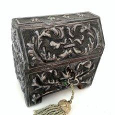 Antigüedades: ARQUETA DE ESTAÑO REPUJADO CON MOTIVOS BARROCOS Y CABUJONES DE CRISTAL - AÑOS 60. Lote 195647356