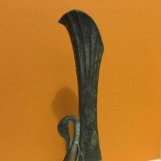 Antigüedades: PEQUEÑO JARRON EN METAL FIGURA DE CISNE. Lote 195654538