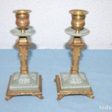 Antigüedades: PAREJA ANTIGUOS CANDELABROS EN BRONCE Y PORCELANA KINGWOOD. Lote 195668873