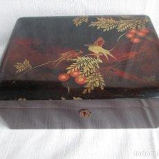 Antigüedades: CAJA CHINA EN MADERA LACADA CON LLAVE PRACTICABLE. Lote 195698022