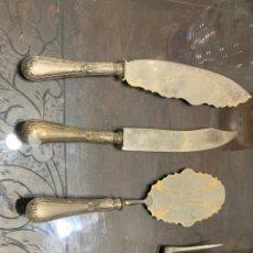 Antigüedades: JUEGO DE 4 CUBIERTOS GRANDES CON EMPUÑADURA DE PLATA. Lote 195709207
