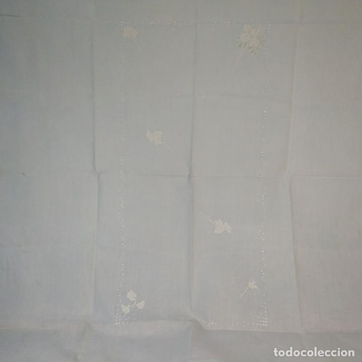 Antigüedades: MANTELERIA PARA 6 SERVICIOS. 230X160CM. LINO BORDADO A MANO. ESPAÑA. CIRCA 1950 - Foto 3 - 195739953