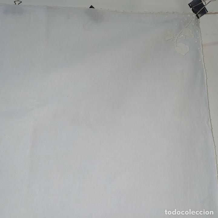 Antigüedades: MANTELERIA PARA 6 SERVICIOS. 230X160CM. LINO BORDADO A MANO. ESPAÑA. CIRCA 1950 - Foto 4 - 195739953