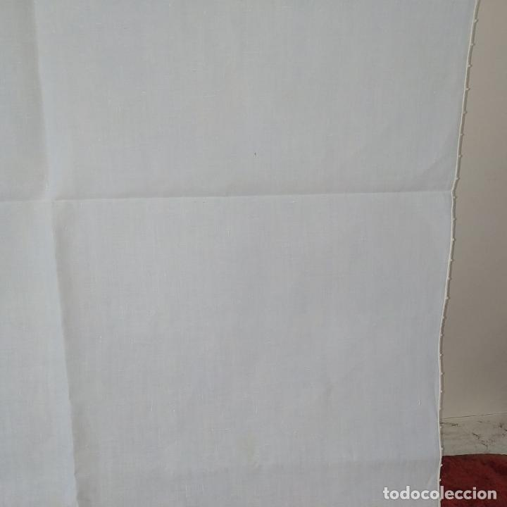 Antigüedades: MANTELERIA PARA 6 SERVICIOS. 230X160CM. LINO BORDADO A MANO. ESPAÑA. CIRCA 1950 - Foto 5 - 195739953