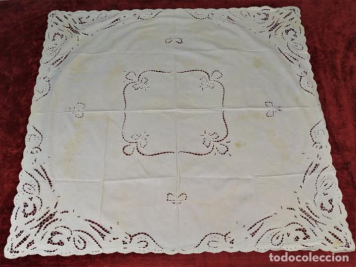 MANTEL EN ENCAJE RICHELIEU. ALGODÓN. ESPAÑA. CIRCA 1950 (Antigüedades - Hogar y Decoración - Manteles Antiguos)