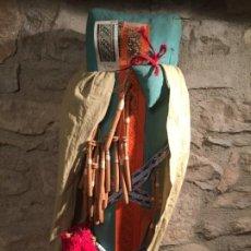 Antigüedades: ANTIGUO COJÍN / ALMOHADA DE BOLILLO CON BOLILLOS, AGUJAS Y PATRONES AÑOS 20-30. Lote 195764076