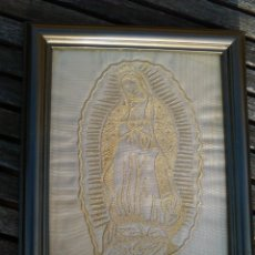 Antigüedades: VIRGEN DE GUADALUPE CORONADA MÉXICO: IMAGEN BORDADA EN ORO SOBRE TELA DORADA. Lote 195769666
