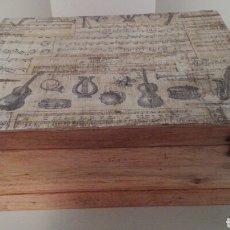 Antigüedades: CAJA DE MADERA, MUY ANTIGUA, RESTAURADA RECUPERANDO SU COLOR NATURAL Y ENCERADA. 33X26X12.. Lote 195923536