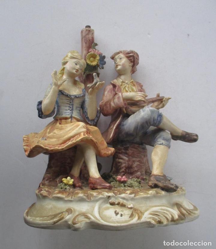 LAMPARA DE PORCELANA - COMPOSICION PAREJA ROMANTICA DIECIOCHESCA - BASSANO (Antigüedades - Iluminación - Lámparas Antiguas)