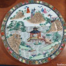 Antigüedades: JMJ INCREÍBLE PLATO DE CERÁMICA CHINA ANTIGUA MACAO PINTADA A MANO. Lote 195928371