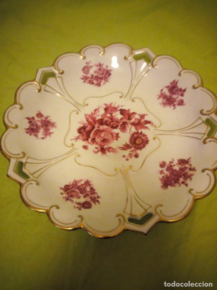 Antigüedades: Preciosa fuente de porcelana calada con oro y flores,jl. menau made in germany. - Foto 2 - 195931977