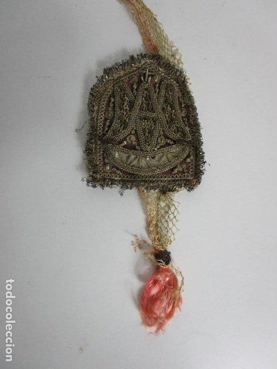 Antigüedades: Escapulario Virgen del Carmen - Relicario - Bordado en Hilo Metálico de Plata - S. XVII-XVIII - Foto 4 - 195971945