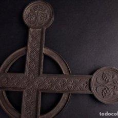 Antigüedades: CRUZ DE METAL. Lote 196055766