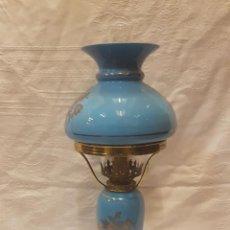 Antigüedades: LAMPARA QUINQUE OPALINA AZUL ELECTRIFICADA. Lote 196057730