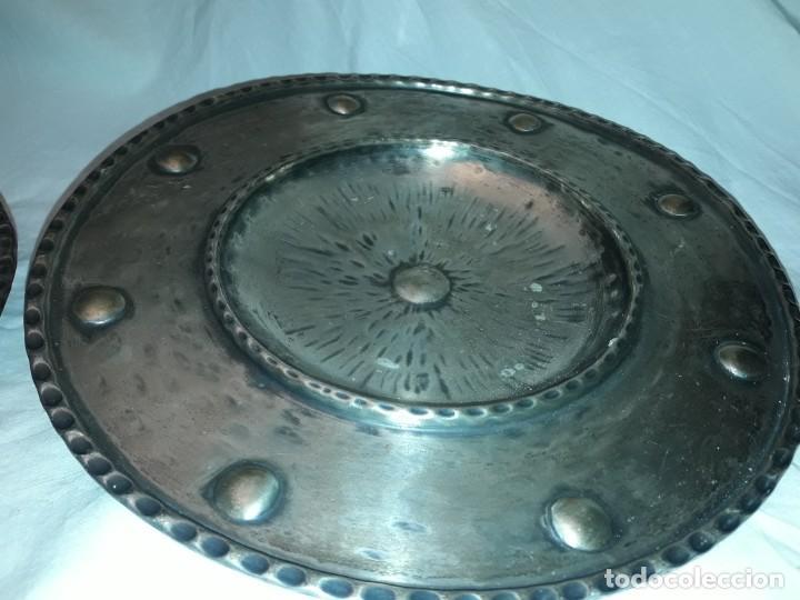 Antigüedades: Antigua pareja de platos repujados con baño de plata del principios del siglo XX 27cm - Foto 5 - 196088376