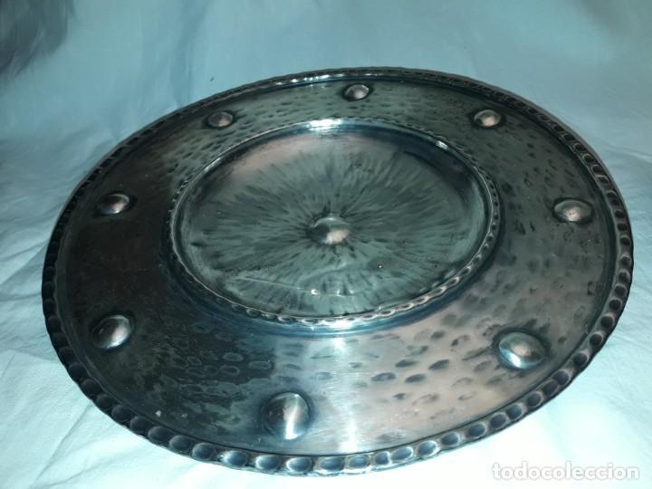 Antigüedades: Antigua pareja de platos repujados con baño de plata del principios del siglo XX 27cm - Foto 6 - 196088376