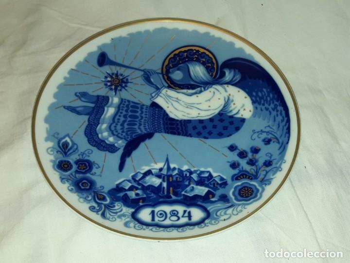 BELLO PLATO DE PORCELANA SANTA CLARA ÁNGEL MÚSICO DECORACIÓN DE ORO NAVIDAD 1984 (Antigüedades - Porcelanas y Cerámicas - Santa Clara)