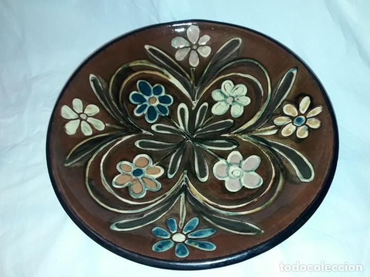 Antigüedades: Antiguo bello plato de cerámica Vila Clara motivos florales 32cm - Foto 2 - 196102332