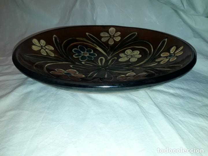 Antigüedades: Antiguo bello plato de cerámica Vila Clara motivos florales 32cm - Foto 3 - 196102332