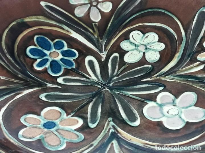 Antigüedades: Antiguo bello plato de cerámica Vila Clara motivos florales 32cm - Foto 4 - 196102332