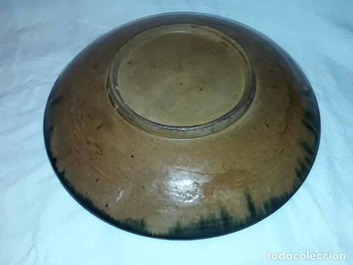 Antigüedades: Antiguo bello plato de cerámica Vila Clara motivos florales 32cm - Foto 5 - 196102332