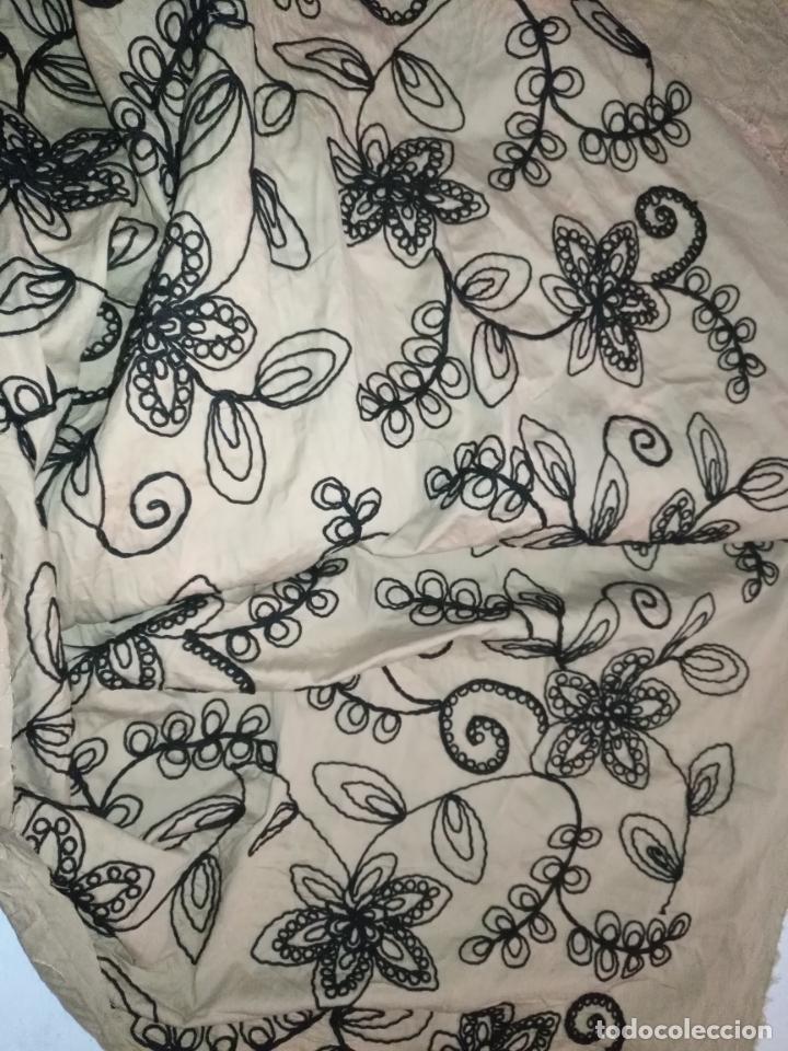 Antigüedades: raro bordado mecanico relieve cordon 126 x 135 x 140 ideal manton confecciones semana santa fallera - Foto 6 - 196110481