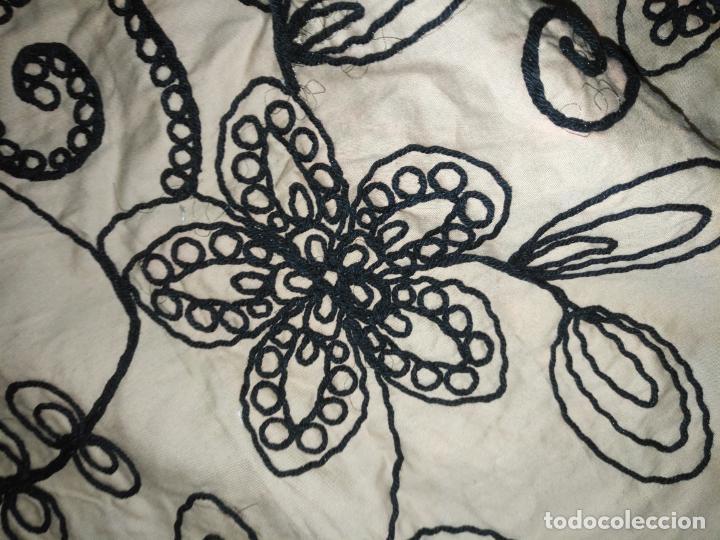 Antigüedades: raro bordado mecanico relieve cordon 126 x 135 x 140 ideal manton confecciones semana santa fallera - Foto 8 - 196110481