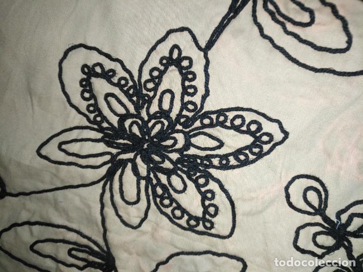 Antigüedades: raro bordado mecanico relieve cordon 126 x 135 x 140 ideal manton confecciones semana santa fallera - Foto 18 - 196110481