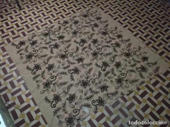 Antigüedades: raro bordado mecanico relieve cordon 126 x 135 x 140 ideal manton confecciones semana santa fallera - Foto 2 - 196110481